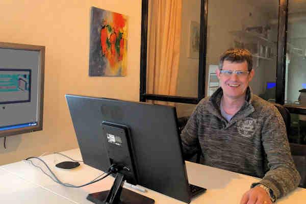 Gilles op kantoor MeijWebdesign achter computer